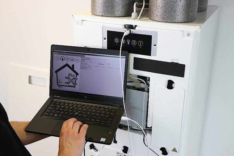 Für die Inbetriebnahme lädt der SHK-Handwerker die neue profi-air cockpit pro Software auf seinen Windows-Rechner und verbindet den Laptop über ein USB-Kabel mit dem Lüftungsgerät profi-air 250 flex von FRÄNKISCHE. Bild: FRÄNKISCHE